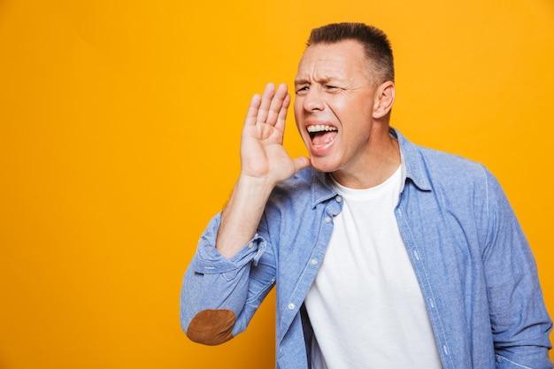 Porträt eines fröhlichen mannes mittleren alters, der laut schreit