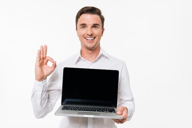 Porträt eines fröhlichen positiven mannes im weißen hemd