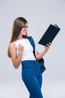 Porträt eines fröhlichen weiblichen teenager-lesebuch isoliert
