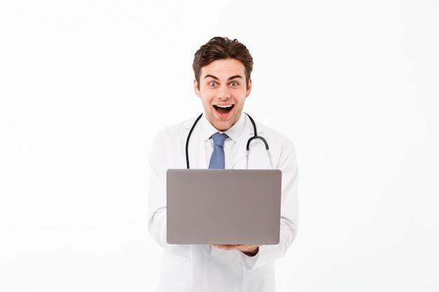 Porträt eines frohen jungen männlichen doktors