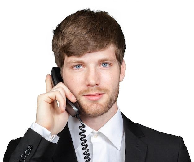 Porträt eines geschäftsmannes, der am telefon spricht