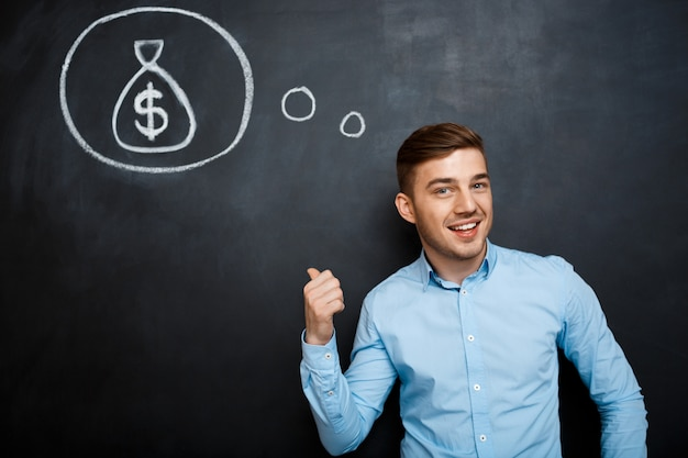 Porträt eines gesinnten mannes, der auf seinen verstand über geld zeigt