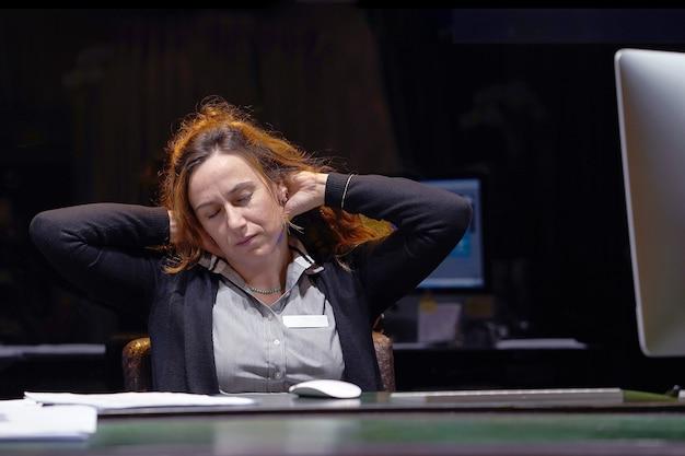 Porträt eines gestressten büroangestellten, der vor dem monitor des computers sitzt