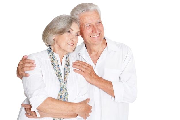 Porträt eines glücklichen älteren paares auf weißem hintergrund