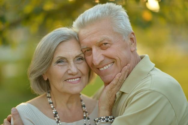 Porträt eines glücklichen älteren paares im herbstpark