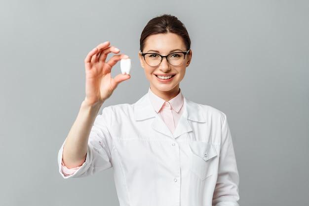 Porträt eines glücklichen arztzahnarztes schönes weibliches lächelnzahnheilkundekonzept