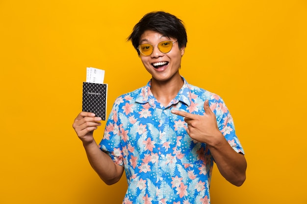 Porträt eines glücklichen asiatischen mannes lokalisiert über gelb