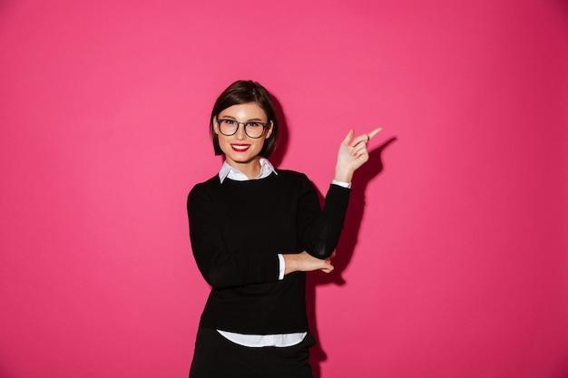 Porträt eines glücklichen attraktiven geschäftsfrauzeigens