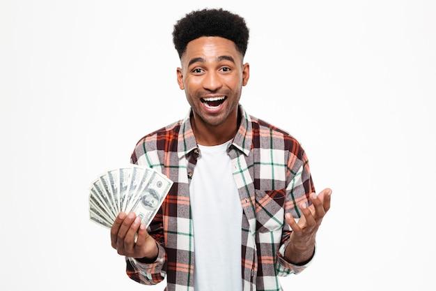Porträt eines glücklichen aufgeregten afrikanischen mannes