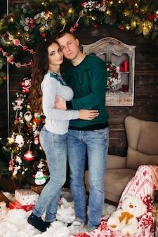 Porträt eines glücklichen ehepaares zu weihnachten