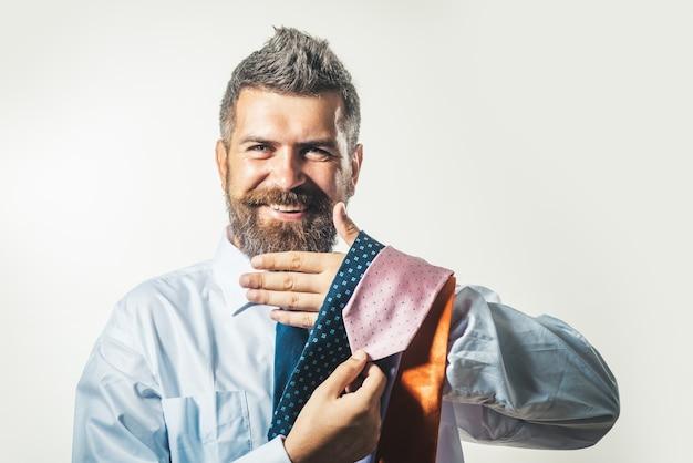 Porträt eines glücklichen geschäftsmannes charmanter bankier buchhalter geschäftsunternehmer finanzier mann bärtig