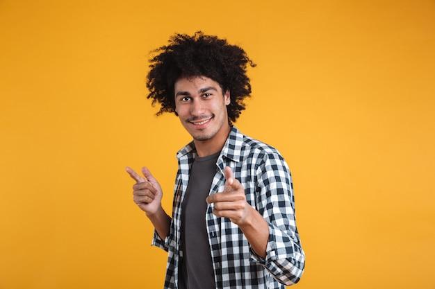 Porträt eines glücklichen jungen afroamerikanischen mannes