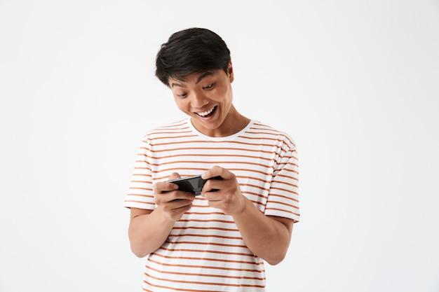 Porträt eines glücklichen jungen asiatischen mannes, der spiele spielt