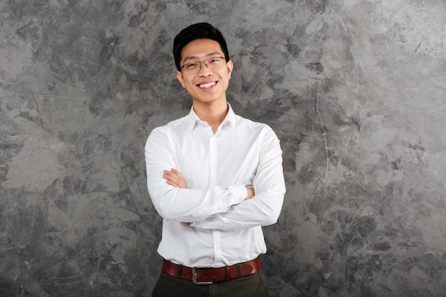 Porträt eines glücklichen jungen asiatischen mannes gekleidet im hemd