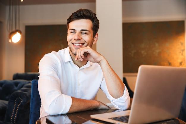 Porträt eines glücklichen jungen formell gekleideten mannes