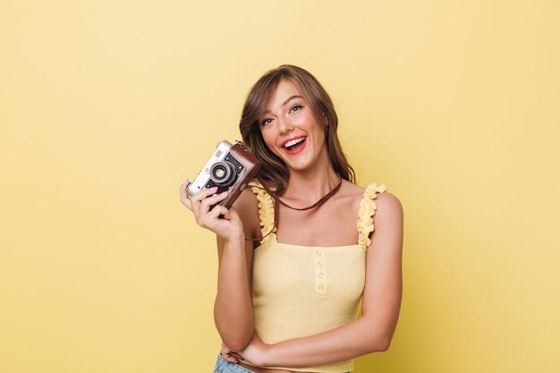 Porträt eines glücklichen jungen mädchens, das fotokamera hält