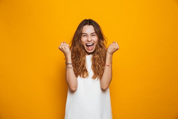 Porträt eines glücklichen jungen mädchens, das schreit