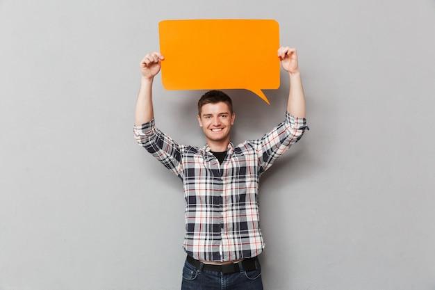 Porträt eines glücklichen jungen mannes im karierten hemd