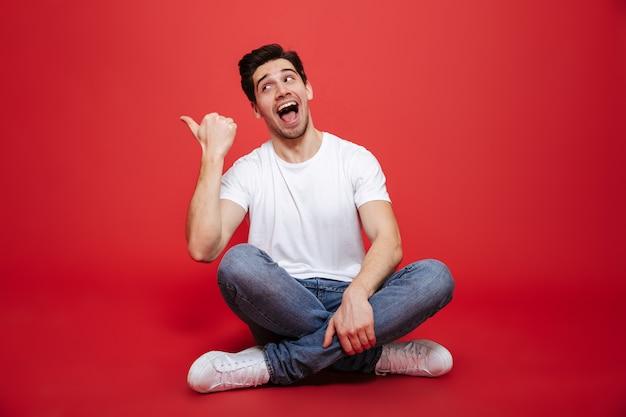 Porträt eines glücklichen jungen mannes im weißen t-shirt