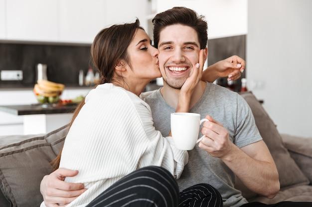 Porträt eines glücklichen jungen paares, das kaffee trinkt