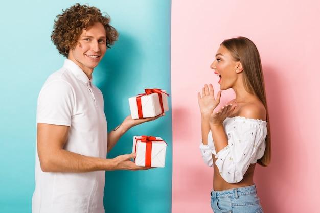 Porträt eines glücklichen jungen paares, das steht