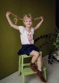 Porträt eines glücklichen lachenden kindes gir