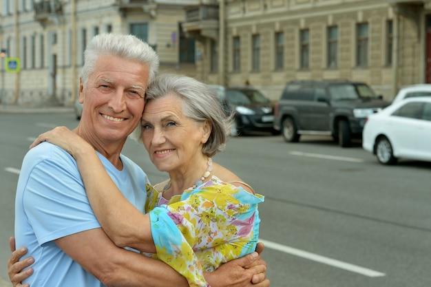 Porträt eines glücklichen lächelnden rentnerehepaares im freien
