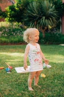 Porträt eines glücklichen mädchens, das auf dem vorgarten steht