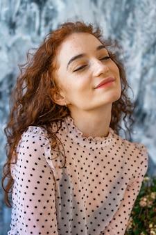 Porträt eines glücklichen mädchens mit dem roten haar, positive gefühle auf ihrem gesicht