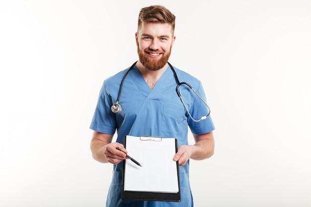 Porträt eines glücklichen männlichen arztes oder einer medizinischen krankenschwester, die zeigt