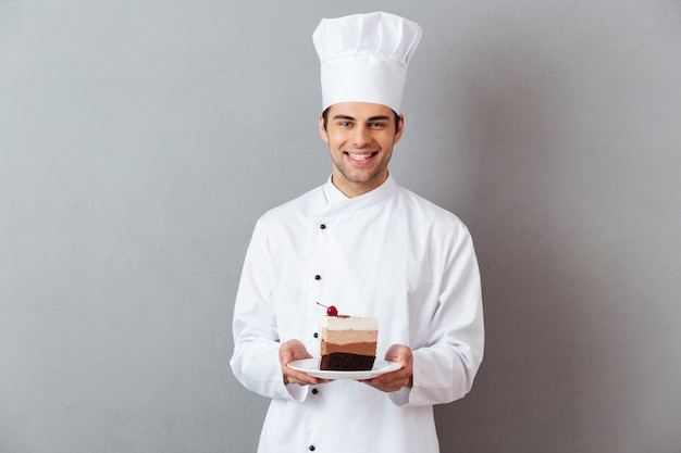 Porträt eines glücklichen männlichen chefs kleidete in der uniform an