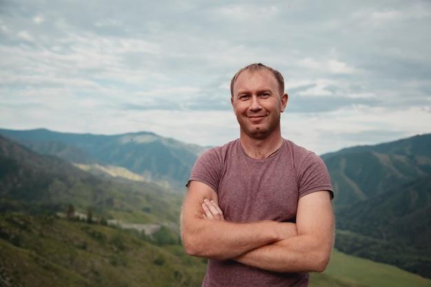 Porträt eines glücklichen mannes auf einem bergblick