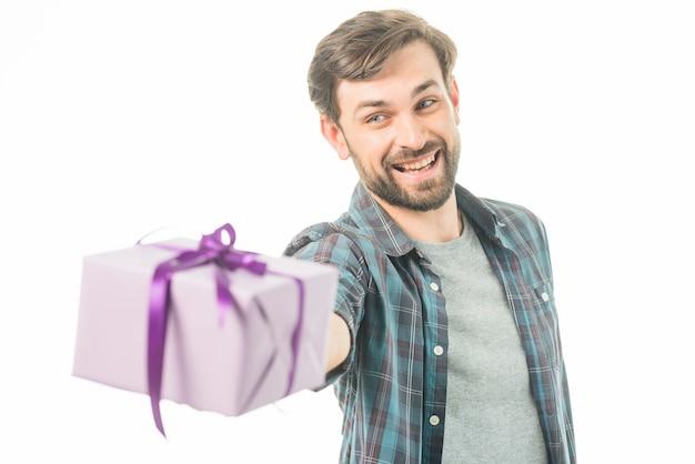 Porträt eines glücklichen mannes, der geschenkbox hält