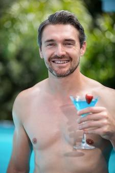 Porträt eines glücklichen mannes mit martini-glas