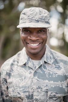Porträt eines glücklichen militärsoldaten im ausbildungslager
