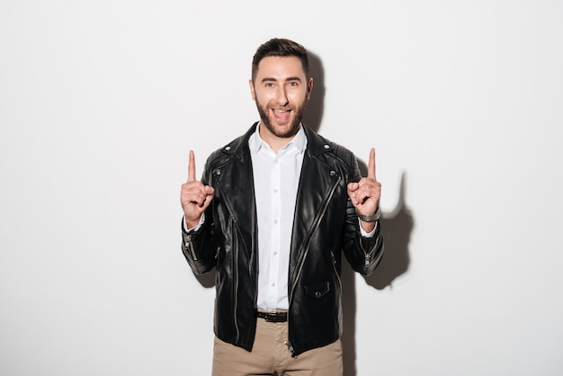 Porträt eines glücklichen netten mannes kleidete in der jacke an