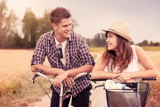 Porträt eines glücklichen paares auf fahrrädern