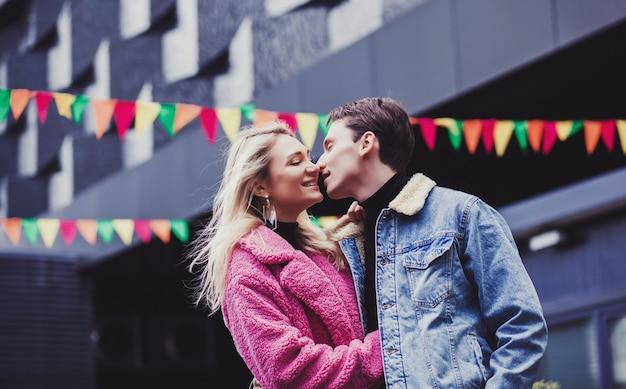 Porträt eines glücklichen paares in der europäischen stadt am valentinstag
