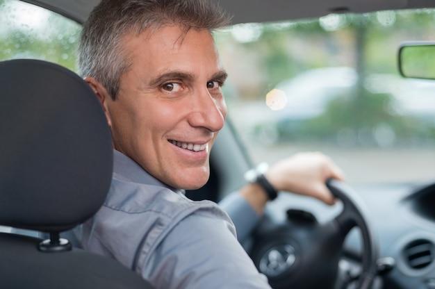 Porträt eines glücklichen reifen geschäftsmannes, der fährt