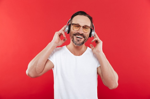 Porträt eines glücklichen reifen mannes, der musik hört