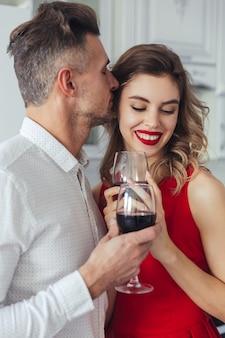 Porträt eines glücklichen romantischen intelligenten gekleideten paares