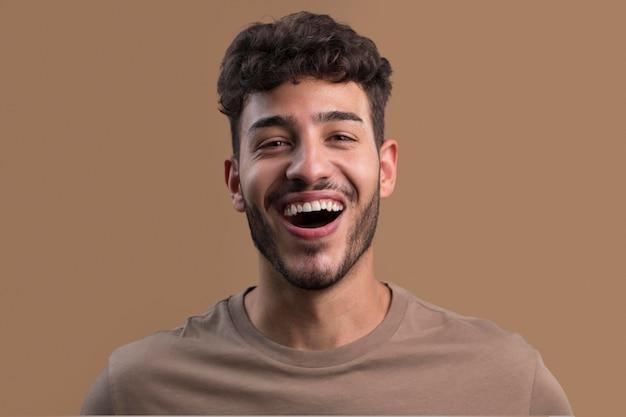 Porträt eines glücklichen smiley-mannes