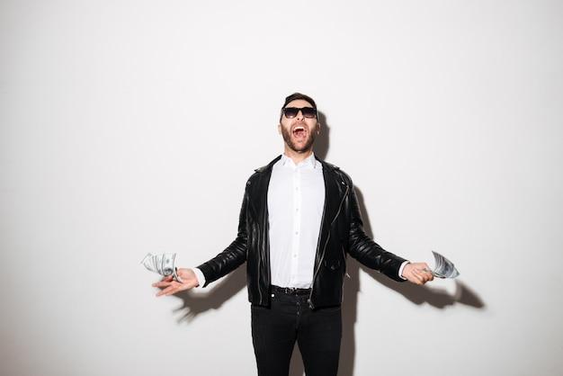 Porträt eines glücklichen überzeugten mannes in der sonnenbrille