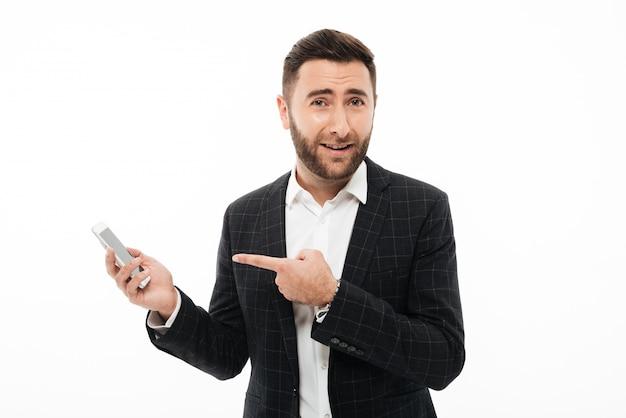 Porträt eines glücklichen zufälligen mannes, der finger zeigt