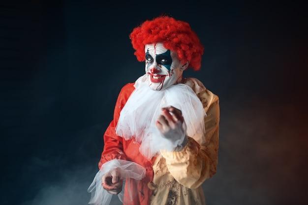Porträt eines gruseligen blutigen clowns mit verrückten augen