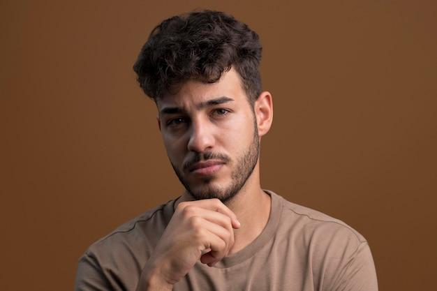 Porträt eines gutaussehenden ernsten mannes