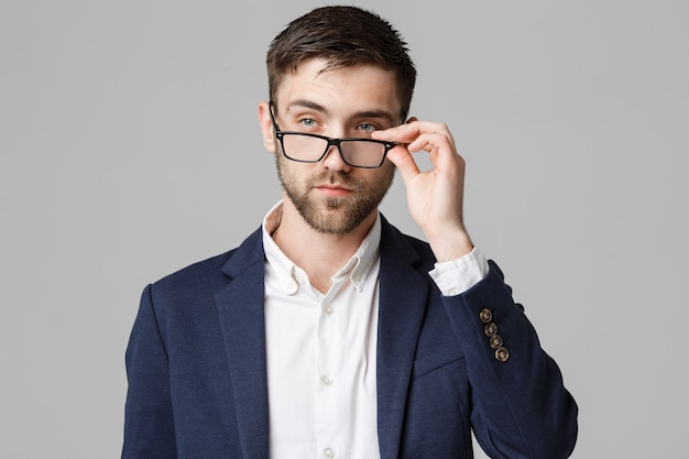 Porträt eines gutaussehenden geschäftsmannes im anzug mit brille ernstes denken