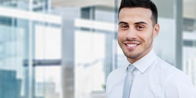 Porträt eines gutaussehenden geschäftsmannes in einem modernen büro