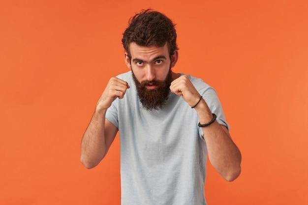 Porträt eines gutaussehenden jungen mannes mit weißem t-shirt im lässigen stil