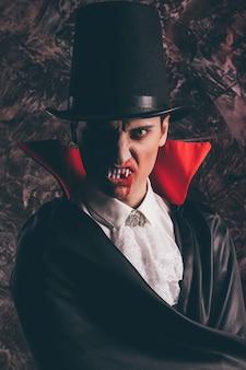 Porträt eines gutaussehenden mannes in einem dracula-kostüm für halloween
